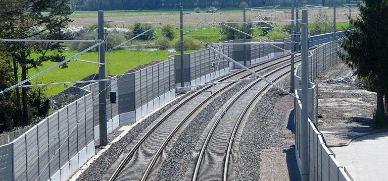 Ekrany akustyczne wzdłuż linii kolejowej